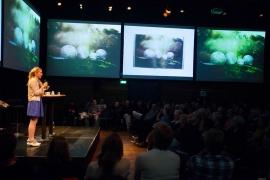 Sanne de Wilde pitcht tijdens De Donkere Kamer - Foto Bas de Meijer