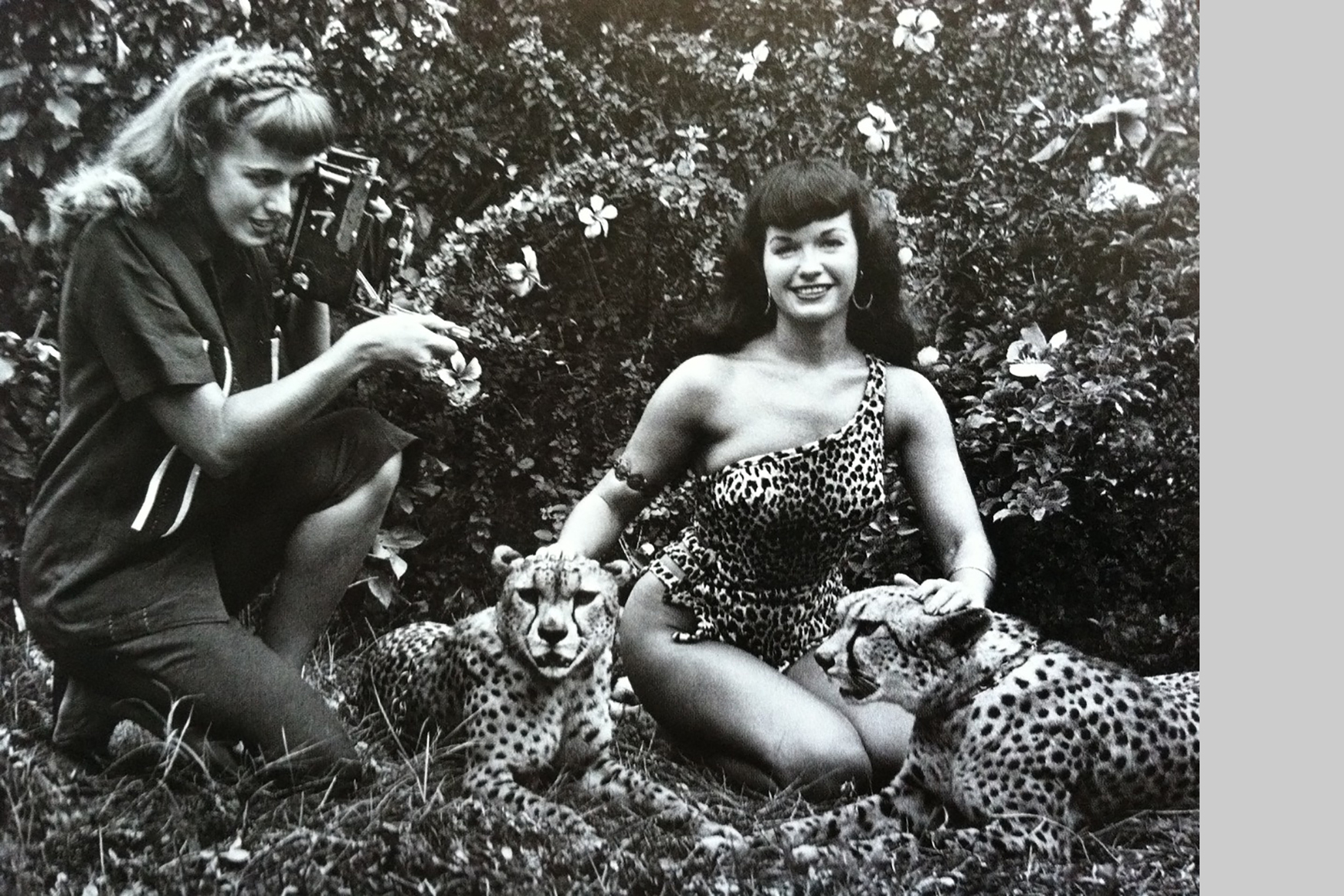 Bunny Yeager en Bettie Page / Foto Collectie Rizzoli