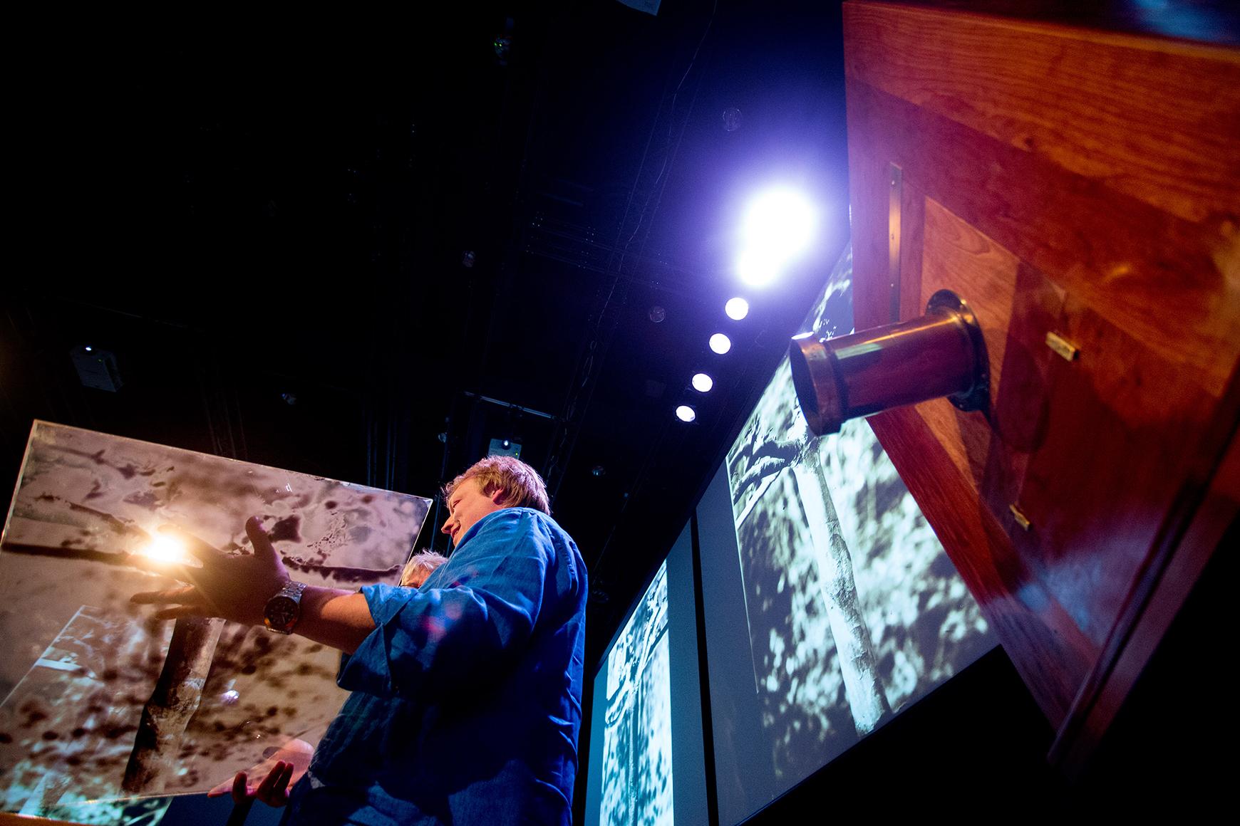 Jeroen de Wijs en zijn mammoet-camera / /Foto Bas de Meijer