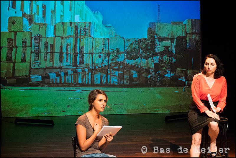 Actrices Maryam Hassouni (links) en Nazmiye Oral / Foto Bas de Meijer