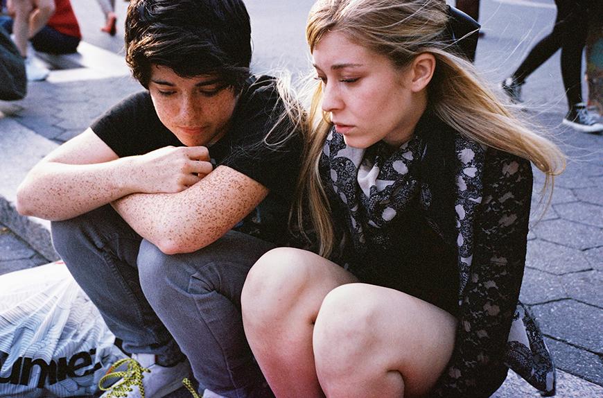 Foto Martijn van de Griendt, Seventeen in the City. Maggie (19) en Michaela (21), Union Square, New York, 2013