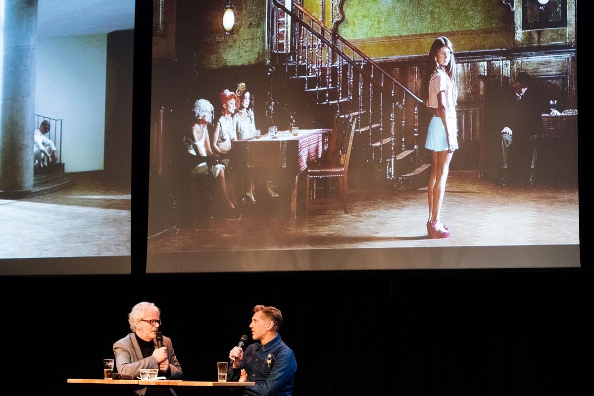 Wim van Sinderen interviewt Erwin Olaf / Foto Bas de Meijer